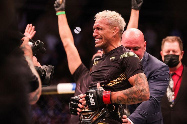 Charles Oliveira merengkuh sabuk juara kelas ringan UFC setelah menang atas Michael Chandler pada UFC 262, Minggu (16/5/2021) siang WIB.