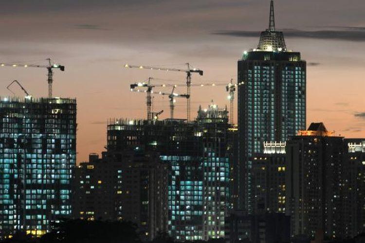 Pembangunan apartemen di kawasan Permata Hijau, Jakarta Selatan, Kamis (9/1). Pertumbuhan sektor properti tahun ini diperkirakan turun dibandingkan tahun lalu. Pelemahan nilai tukar rupiah dan tahun politik menjadi beberapa faktor penyebabnya.