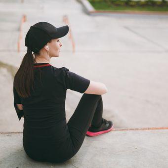 Ilustrasi berolahraga sambil mengenakan topi.
