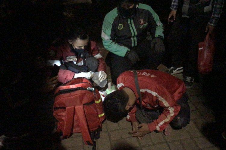 Seorang pengendara motor berinisial AK (38) mengalami kecelakaan tunggal di Jalan Raya Pondok Indah tepatnya di dekat Mal Pondok Indah, Kebayoran Lama, Jakarta Selatan pada Selasa (22/12/2020) sekitar pukul 21.30 WIB.