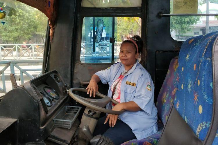 Lia Yuliana, sopir bus 509 yang viral dengan video The Power of Emak-emak, Rabu (6/6/2018)