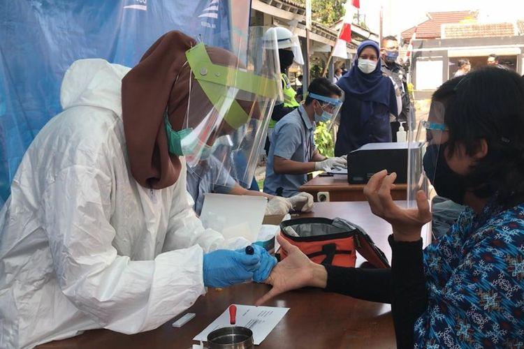 Seorang calon penumpang tengah mengikuti rapid test di Stasiun Bandung, Kamis (30/7/2020).