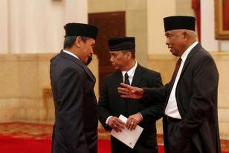 Tiga orang pelaksana tugas Komisioner KPK Taufiequrachman Ruki (kanan), Johan Budi SP (kiri), dan Indriyanto Seno Adji (tengah) berbincang sebelum dilantik oleh Presiden Joko Widodo di Istana Negara, Jakarta, Jumat (20/2/2015).