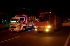 Pamer Konten Naik Truk Oleng Berujung Terguling di Jalan