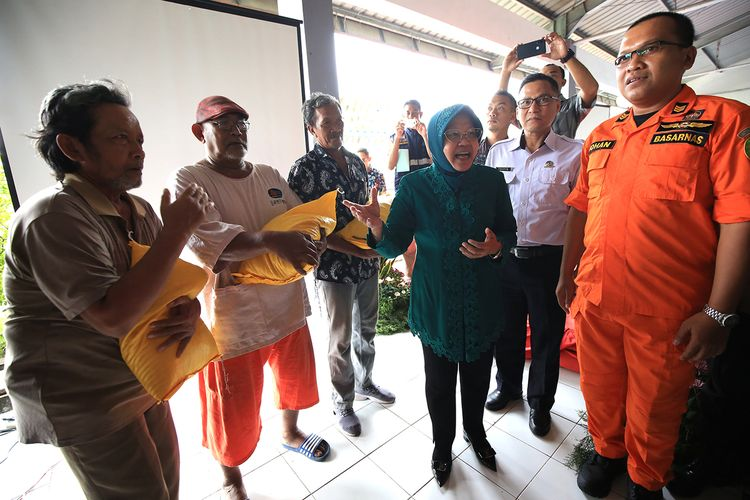 Wali Kota Surabaya Tri Rismaharini memberikan bantuan berupa beras kepada para nelayan di Tempat Pelelangan Ikan Romokalisari, Benowo, Surabaya, Jawa Timur. Bantuan berupa beras diberikan karena nelayan diminta untuk tidak melaut lantaran cuaca yang buruk.