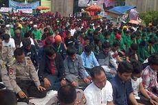 Massa Muhamadiyah Shalat Jumat di Depan DPR