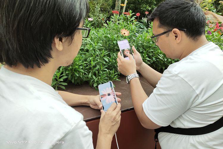 Peserta TechTrip KompasTekno sibuk menjajal kamera ponsel Vivo V17 Pro dalam kunjungan ke Gardens by the Bya, Singapura, (2/11/2019).