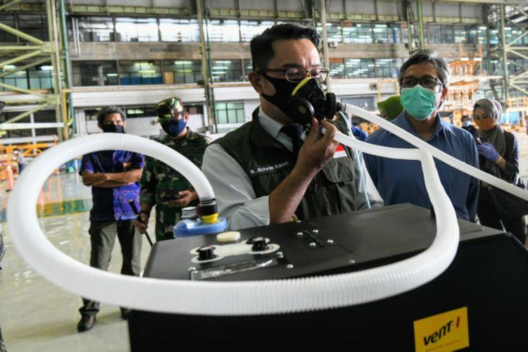 Gubernur Jabar Ridwan Kamil mengecek purwarupa ventilator buatan PT DI dan PT Pindad di Kota Bandung, Jumat (24/4/2020).