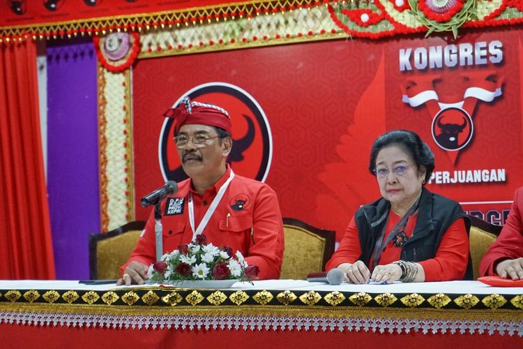 Ketua Sidang Kongres V Soerya Respationo saat memberikan keterangan seusai sidang penetapan kembali Megawati Soekarnoputri sebagai Ketua Umum PDI-P di Hotel Grand Inna Bali Beach, Bali, Kamis (8/8/2019).