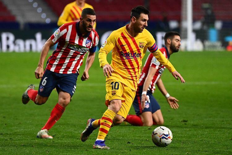 Lionel Messi (tengah) dibayangi oleh Koke (kiri) pada laga lanjutan pekan ke-10 Liga Spanyol 2020-2021 antara Atletico Madrid dan Barcelona di Stadion Wanda Metropolitano, Sabtu (21/11/2020) atau Minggu dini hari WIB.