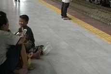 Penumpang KRL Keluhkan Minimnya Bangku di Stasiun Palmerah