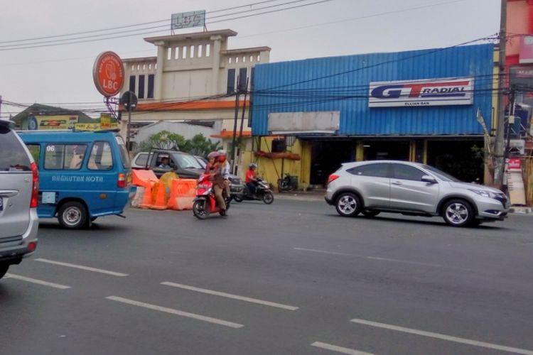 Kondisi barrier di putaran balik (u-turn) Jalan Margonda, tepatnya di depan Klinik LBC pada Senin (25/9/2017) siang. Terlihat barrier sudah digeser dari posisinya. Kondisi ini membuat banyak pengemudi pelanggar lalu lintas yang berputar balik di lokasi tersebut.