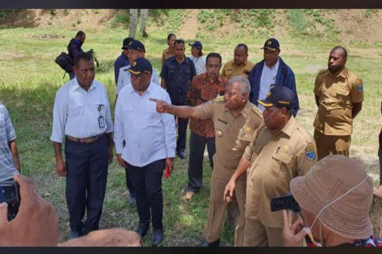 Wakil Menteri PUPR, John Wempi Wetipo, didampingi Gubernur Papua Barat, Dominggus Mandacan, meninjau lokasi rencana pembangunan jembatan penghubung Manokwari - Pulau Mansinam, Senin (10/2/2020).