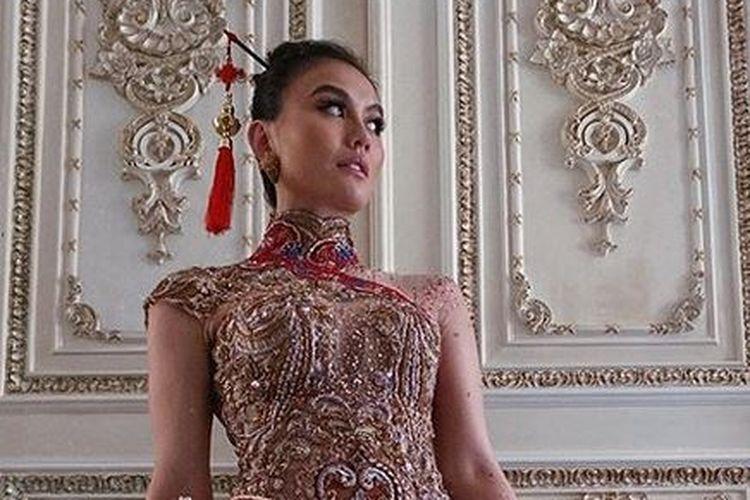 Penyanyi Agnez Mo mengenakan baju khas China, Cheongsam.