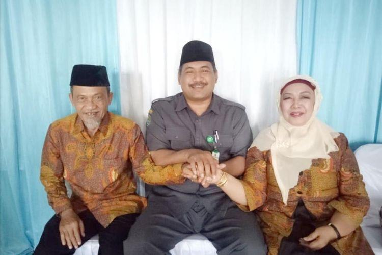 Pasangan Haryadi dan Titin Widyatmi, Tengah Harsono Kepala KUA Semin (Dokumentasi Kepala KUA)