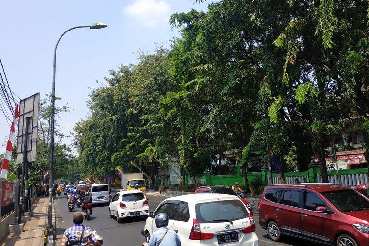 Tampak penerangan jalan umum di Jalan Ir. H. Juanda, Bekasi.