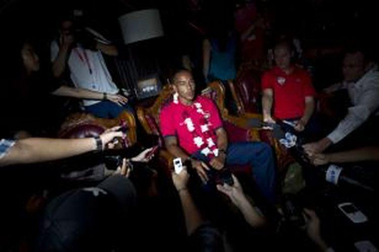 Pemain Arsenal, Theo Walcott, saat jumpa pers di Bandara Halim Perdanakusuma, Jakarta Timur, Jumat (12/7/2013). Arsenal akan melakoni pertandingan uji coba melawan Indonesia Dream Team di Stadion Utama Gelora Bung Karno pada Minggu, 14 Juli mendatang.