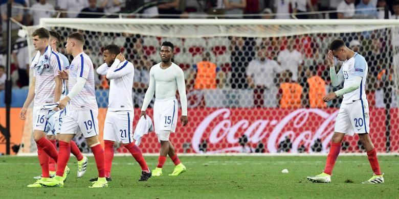 Para pemain timnas Inggris (dari kiri ke kanan): bek John Stones, bek Gary Cahill, gelandang Ross Barkley, penyerang Daniel Sturridge dan gelandang Dele Alli berjalan dengan lesu meninggalkan lapangan pertandingan setelah mereka kalah 1-2 dari Islandia pada babak 16 besar Piala Eropa 2016 di Stadion Allianz Riviera, Nice, Perancis, Senin (27/6/2016).