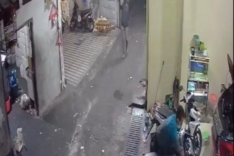 Video viral di media sosial memperlihatkan dua maling motor beraksi di Jalan Kumbang, Cililitan, Kramatjati, Jakarta Timur.