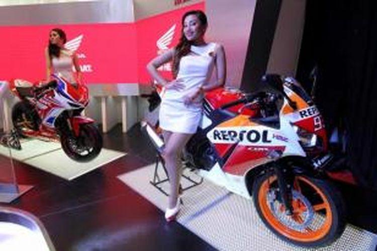 Honda CBR 150R dipamerkan pada pembukaan Indonesia Motorcycle Show 2014 di Jakarta Convention Center, Jakarta, Rabu (29/10/2014). Pameran khusus sepeda motor terbesar di Tanah Air ini akan berlangsung hingga 2 November mendatang.