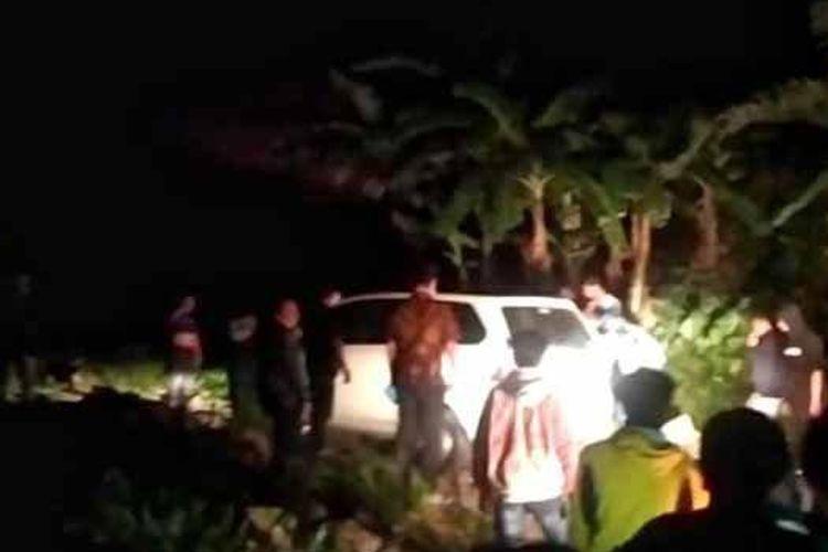 Pihak Kepolisian bersama warga dan relawan saat mengevakuasi mobil Xenia yang terjebak secara misterius di kawasan hutan dan tegal air terjun Canggu, Kecamatan Pacet, Kabupaten Mojokerto. Sang sopir mengaku, awalnya menggunakan googlemaps.