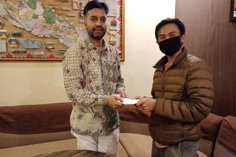 Adi Murdani warga Banjarmasin di Nepal mendapatkan bantuan berupa uang tunai dari KBRI yang diwakilkan oleh Konsultan Kehormatan di Kathmandu, untuk dibelikan logistik selama dia terlockdown di Nepal, Kamis (23/4) 2020. (Antaranews Kalsel/HO/Adi Murdani).