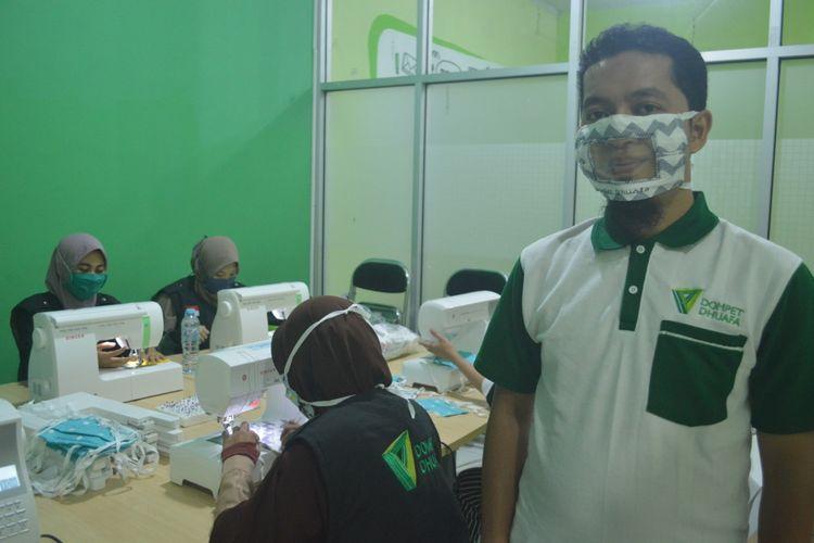 Tim Dompet Dhuafa Sulawesi Selatan memproduksi massal masker transparan untuk memudahkan komunikasi teman tuli. Di tengah pandemi corona, masker menjadi sebuah keharusan dalam menangkal dan mencegah penyebaran.
