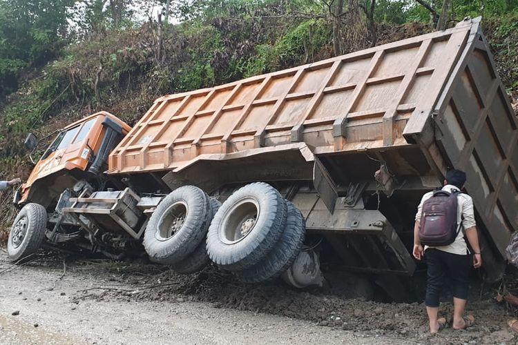 Truk mengangkut materialdi terguling dan mengakibatkan satu orang meninggal di Desa Blang Pante, Kecamatan Paya Bakong, Kabupaten Aceh Utara, Selasa (1/10/2019).