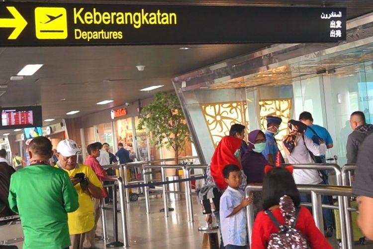 Sejumlah penumpang menunggu jadwal keberangkatan di Bandara Internasional Supadio Pontianak, Kalimantan Barat, Minggu (15/9/2019).