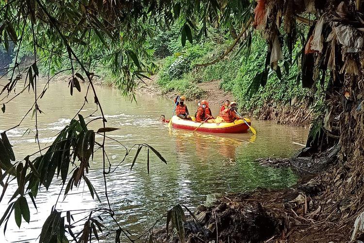 Tim SAR gabungan mencari lansia 70 tahun yang hanyut di Kali Ciliwung tepatnya di wilayah Kemiri Muka, Beji, Jawa Barat pada Sabtu (19/12/2020).