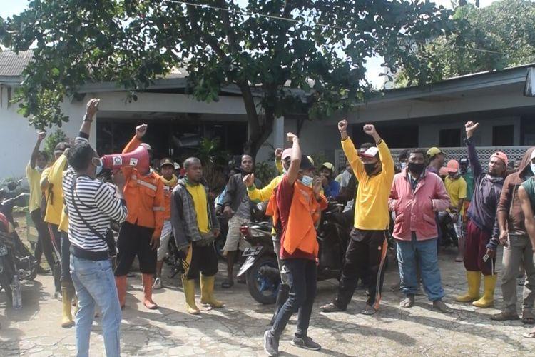 Ratusan petugas kebersihan Kota Baubau, Sulawesi Tenggara, mendadak mendatangi kantor rumah dinas Wali Kota Baubau serta menggelar unjuk rasa di kantor Dinas Lingkungan Hidup, Minggu (18/7/2021) pagi, gara-fara THR Idul Fitri belum dibayarkan.