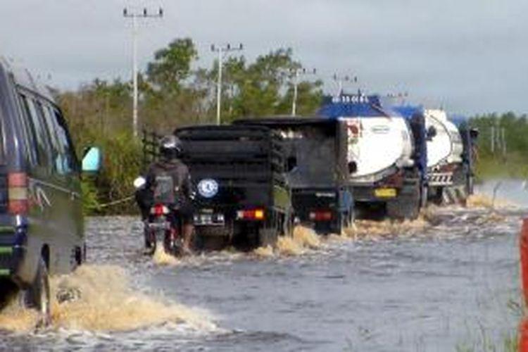 Ruas jalan Trans Kalimantan poros utara terendam banjir sepanjang 3 kilometer