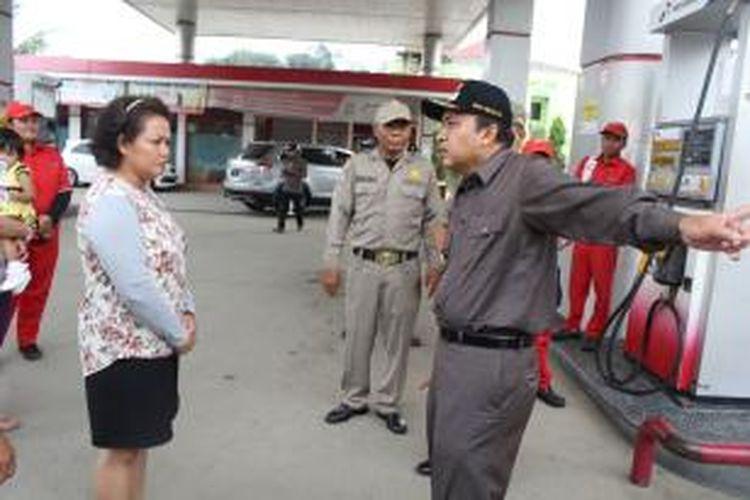 Wakil Wali Kota Samarinda H Nusyirwan Ismail saat memperingatkan pengelola SPBU di Jalan Kadrie Oening agar tidak melayani pengetap BBM solar dengan modus memodivikasi kendaraannya