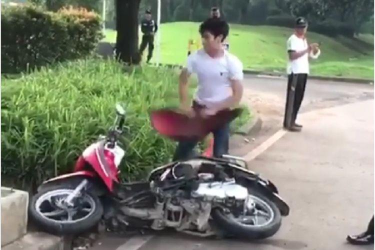 Seorang pria merusak motornya sendiri karena tak terima ditilang di BSD, Serpong, Tangerang Selatan, Kamis (7/2/2019).