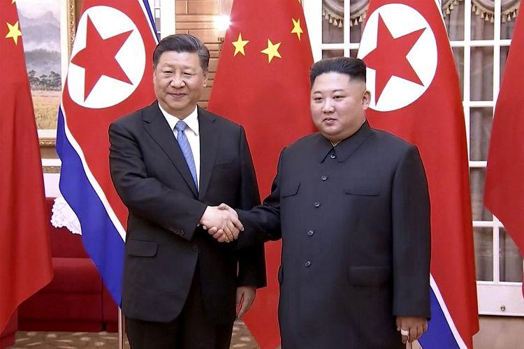Tangkapan layar dari video yang dirilis CCTV pada 20 Juni 2019 memperlihatkan Presiden China Xi Jinping berjabat tangan dengan Pemimpin Korea Utara Kim Jong Un di Pyongyang. Xi berkunjung ke Pyongyang selama dua hari.