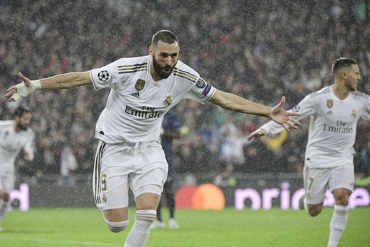 Striker Real Madrid Karim Benzema merayakan golnya dalam pertandingan Grup A Liga Champions melawan Paris Saint-Germain (PSG) di Stadion Santiago Bernabeu di Madrid pada 26 November 2019.
