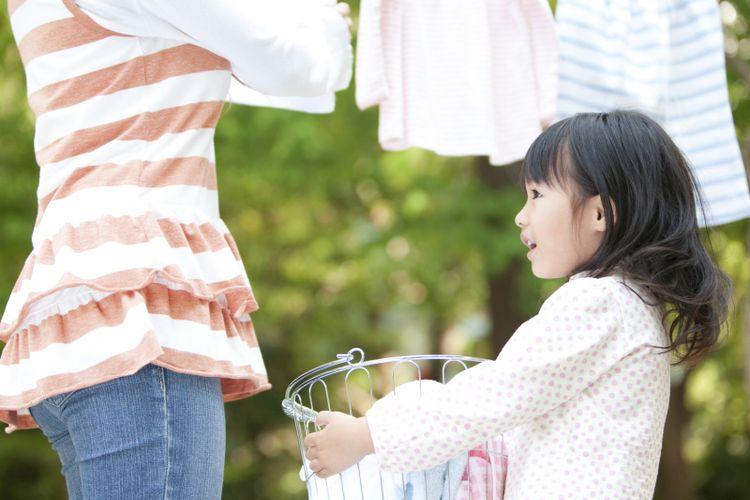 Ilustrasi anak membantu ibu di rumah