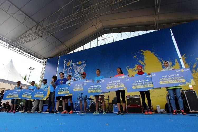Jarak 42,195 kilometer berhasil ditempuh oleh oleh para pelari asal Jawa Timur ini dalam waktu 2:53:55. Catatan waktu terbaik ini membuat mereka mendapatkan hadiah utama senilai Rp 25 juta.