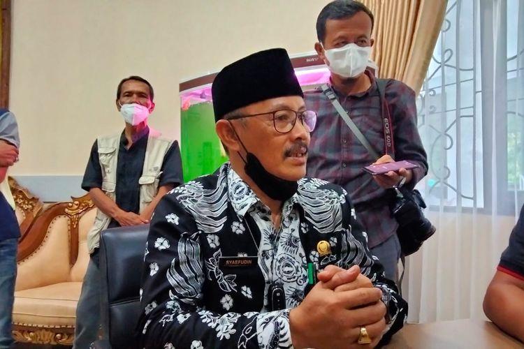 Ketua DPRD Kabupaten Indramayu, Syaefudin, saat dimintai keterangan mengenai salah satu anggotanya yang terlibat insiden berdarah bentrok petani di lahan tebu PG Jatitujuh.