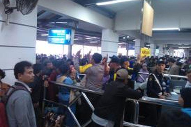 Ilustrasi antrean penumpang di Stasiun Pasar Senen. Gambar diambil pada Rabu (23/7/2014).