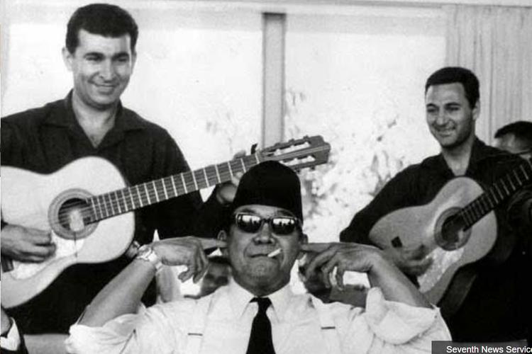 Presiden Soekarno menutup kuping saat mendengar musk ngak ngik ngok
