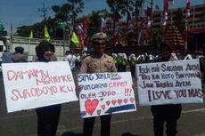 Tak Kalah dengan Mahasiswa, Polisi yang Jaga Demo Buruh Bawa Poster dengan Tulisan Menggelitik