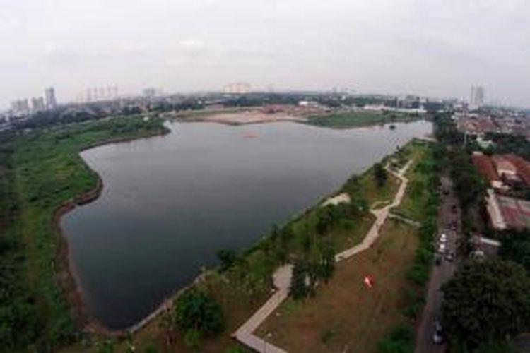 Kondisi area ruang terbuka hijau di pinggir Waduk Ria Rio, Jakarta Timur, Rabu (4/2/2015). Area yang dulu sempat menjadi kawasan padat penduduk ini sekarang sudah berubah menjadi area taman kota.