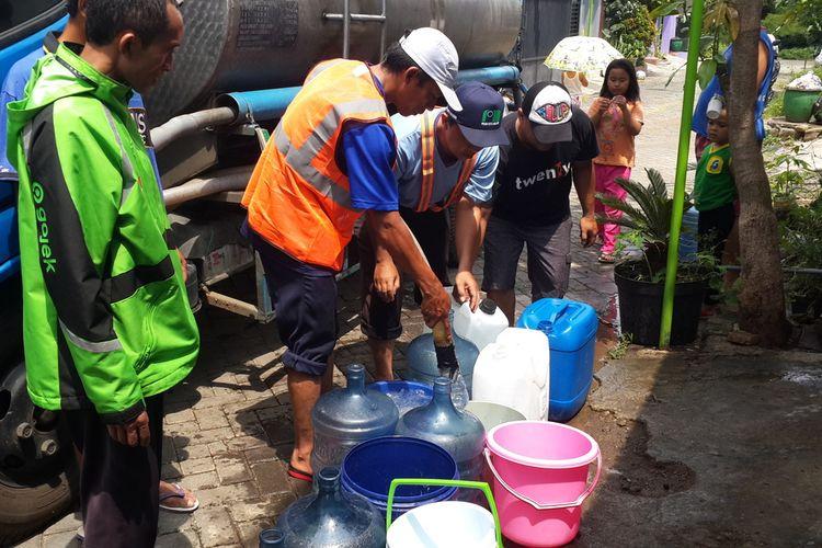 Sejumlah warga di Perumahan Bulan Terang Utama Kota Malang saat antri air yang disalurkan dari tangki, Rabu (15/1/2020).