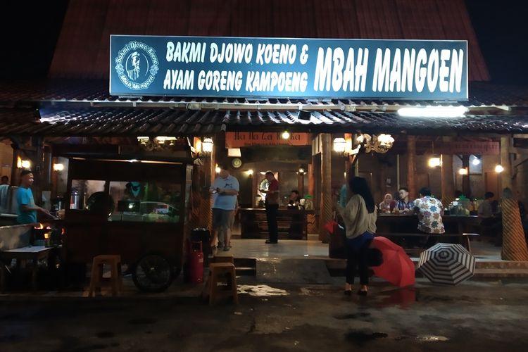 Warung makan Bakmi Djowo Koeno dan Ayam Goreng Kampoeng Mbah Mangoen di Jalan Kenanga, Badran, Purwosari, Laweyan, Solo, Jawa Tengah, Selasa (12/11/2019) malam.