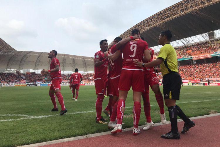 Pemain Persija Jakarta merayakan gol yang dicetak oleh Marko Simic pada laga melawan Sriwijaya FC yang digelar di Stadion Wibawa Mukti, Cikarang, Sabtu (24/11/2018)