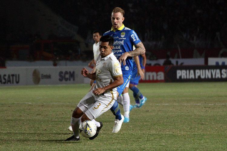 Penyerang Persib Bandung, Kevin van Kippersluis (biru) berduel bersama pemain belakang PSS Sleman, saat kedua tim bentrok pada pekan ke-17 Liga 1 2019.