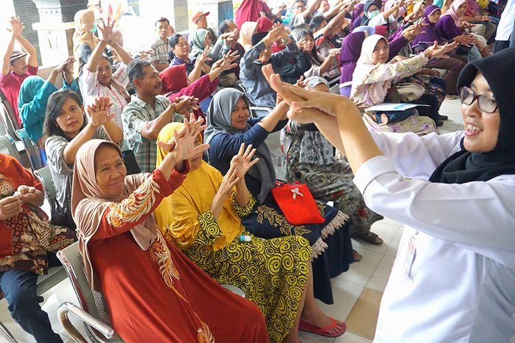 Tim PKRS (Promosi Kesehatan Rumah Sakit) memberikan sosialisasi enam langkah tata cara cuci tangan yang benar menggunakan cairan antiseptic di ruang tunggu pasien rawat jalan, RSUD dr Iskak, Tulungagung, Jawa Timur, Rabu (4/3/2020). Edukasi cuci tangan untuk meningkatkan kesadaran masyarakat tentang pentingnya hidup bersih dan higienis demi mencegah penularan penyakit melalui tangan, khususnya berkaitan dengan pencegahan dini terhadap virus Corona (COVID-19).