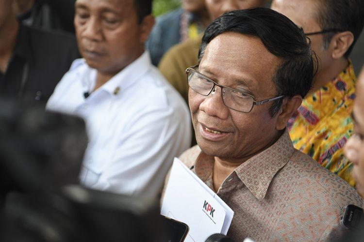 Menko Polhukam Mahfud MD (kanan) menjawab pertanyaan wartawan seusai menyerahkan Laporan Harta Kekayaan Penyelenggara Negara (LHKPN) di gedung KPK, Jakarta, Senin (2/12/2019). Mahfud MD menyerahkan LHKPN setelah menjabat Menteri Koordinator Politik Hukum dan Keamanan (Menko Polhukam) dalam Kabinet Indonesia Maju. ANTARA FOTO/Hafidz Mubarak A/ama.