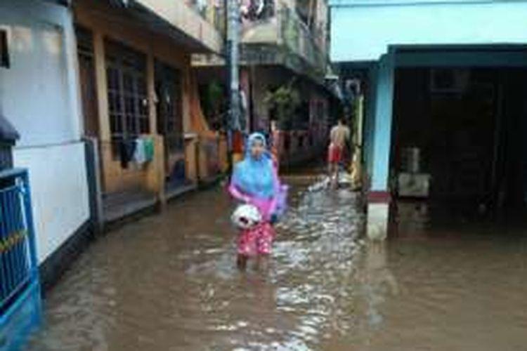 Luapan Kali Sunter menggenangi permukiman warga di RW 03 dan 04 Cipinang Melayu, Makasar, Jakarta Timur, Kamis (15/9/2016).